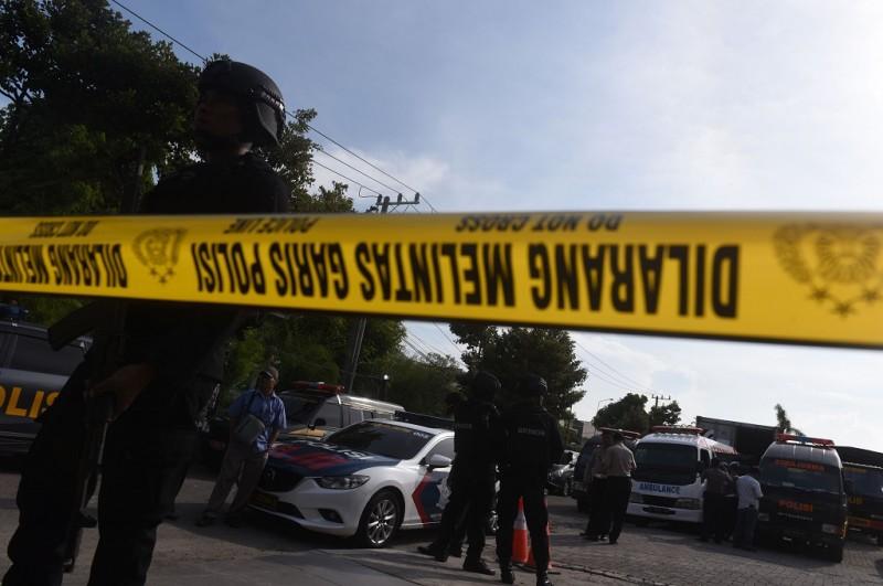 Polisi berjaga saat pemindahan jenazah terduga pelaku teror di RS Bhayangkara, Jumat 18 Mei 2018, Ant - Zabur Karuru