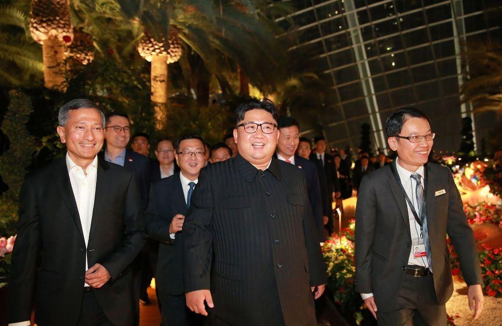 Menlu Singapura Vivian Balakrishnan (kiri) dan Kim Jong-un (tengah). (Foto: AFP)