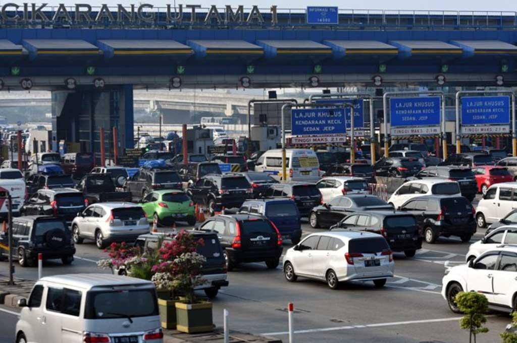 Sejumlah kendaraan memadati Gerbang Tol Cikarang Utama di Bekasi. Antara