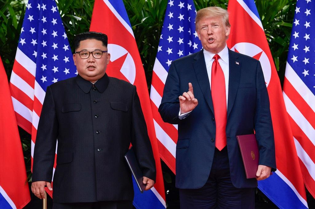 Donald Trump (kanan) dan Kim Jong-un di sesi akhir pertemuan mereka di Hotel Capella, Singapura, 12 Juni 2018. (Foto: AFP/Pool/SUSAN WALSH)
