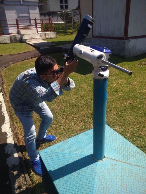 Salah seorang peneliti Observatorium Bossch Lembang sedang