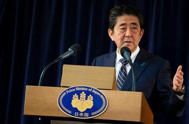 PM Jepang Shinzo Abe dalam konferensi pers di KTT G7 di Malbaie,