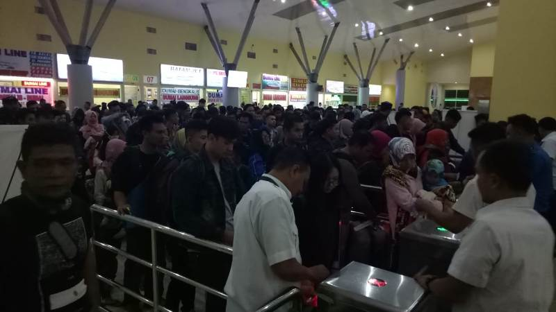 Ribuan pemudik antre di pintu keberangkatan di Pelabuhan Domestik Sekupang, Selasa, 12 Juni 2018.