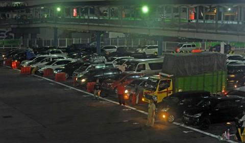 : Sejumlah petugas mengatur antrean kendaraan roda empat yang