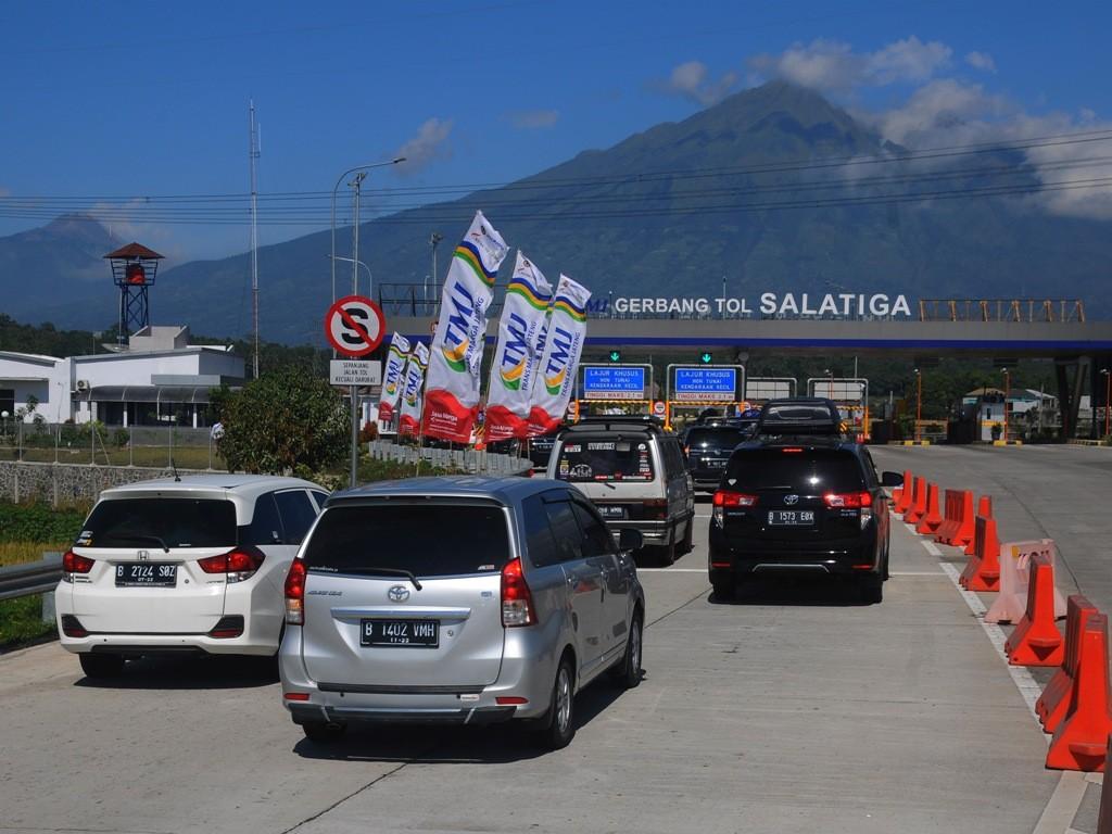 Sejumlah kendaraan pemudik antre keluar Gerbang Tol Salatiga di jalan tol Semarang-Salatiga, Tingkir, Salatiga, Jawa Tengah, Selasa (12/6). (Foto: Antara/Aloysius Jarot Nugroho).