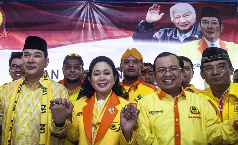 Ketua Umum Partai Berkarya Hutomo Mandala Putra atau Tommy Soeharto (kedua kiri), Sekjen Partai Berkarya Priyo Budi Santoso (kedua kanan), kader baru Partai Berkarya Titiek Soerharto (tengah). Antara/Fitri Atmoko
