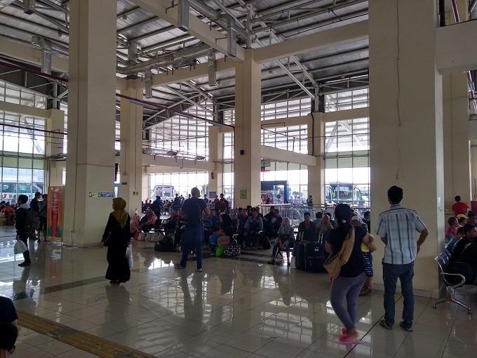 Terminal Pulo Gebang Masih Disesaki Penumpang