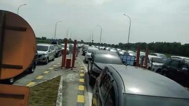 Kendaraan di Exit Tol Bandar Mengular 2 Kilometer