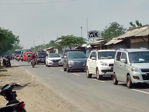 Kendaraan melintasi jalur mudik Pejagan-Margasari di Desa