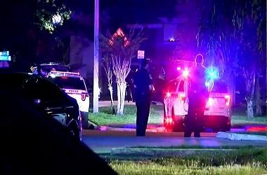 Polisi bersiaga di dekat apartemen tempat terjadinya