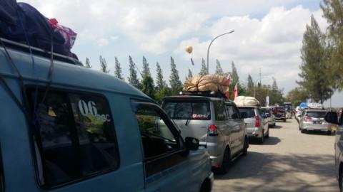 Kendaraan mengantre di rest area 207 Palikanci, Cirebon, Jawa