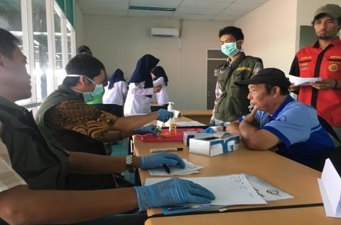 Petugas memeriksa kondisi kesehatan sopir bus di Terminal Pondok