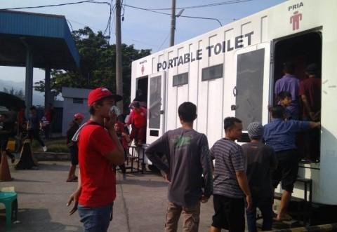 Pengguna toilet portable menutup hidup karena bau dari toilet