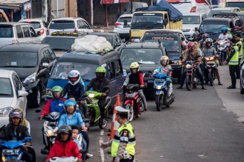 Sejumlah kendaraan mengantre di jalan simpang Jomin, Cikampek,