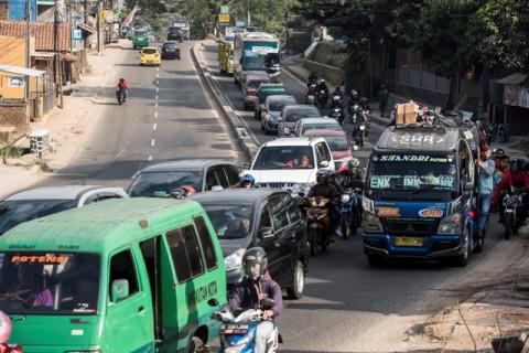 Antrian kendaraan pemudik di ruas jalan Nagreg, Kabupaten