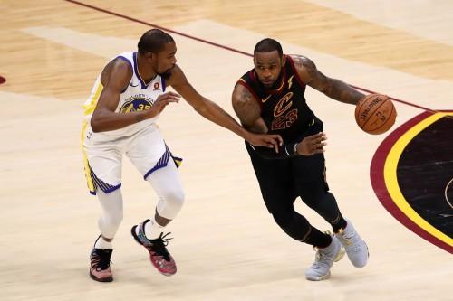 Kevin Durant (kiri) dan LeBron James (Foto: AFP / Gregory Shamu)