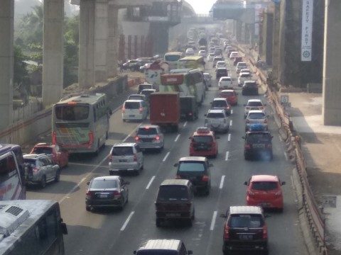 Kepadatan kendaraan di ruas Tol Jakarta Cikampek arah Cikampek