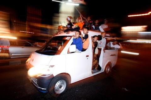 Ilustrasi. Sejumlah remaja naik ke atas mobil saat konvoi untuk