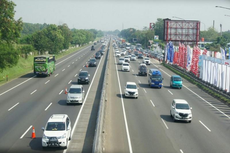 Contra flow di tol Jakarta-Cikampek mengurai kemacetan yang disebabkan penyempitan lajur di Km 8, Rabu 13 Juni 2018, MI - Cikwan Suwandi