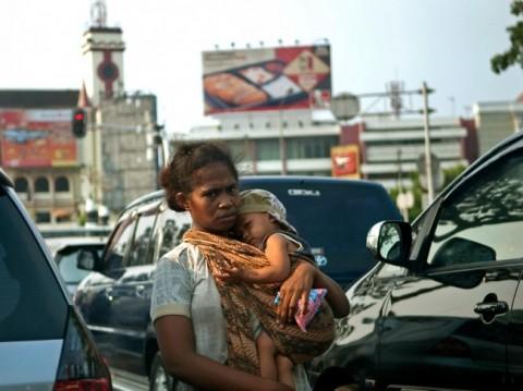 Ilustrasi--seorang perempuan mengendong anak ketika