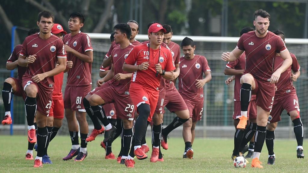 Sejumlah pesepak bola Persija Jakarta berlatih di Lapangan ABC, Kompleks Gelora Bung Karno, Senayan. (ANTARA FOTO/Akbar Nugroho Gumay)