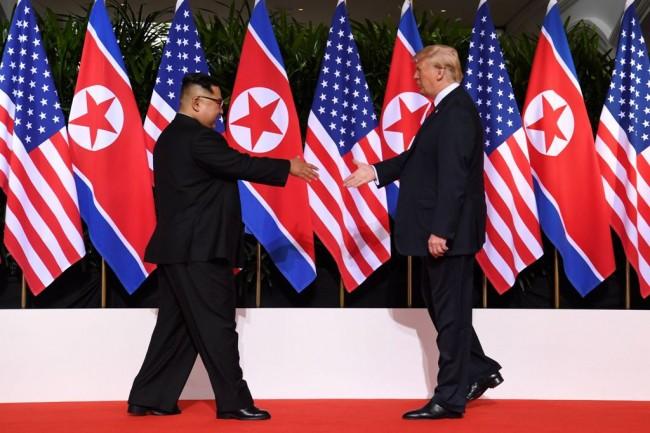 Pertemuan Presiden AS Donald Trump dan Kim Jong-un di Singapura. (Foto: AFP)
