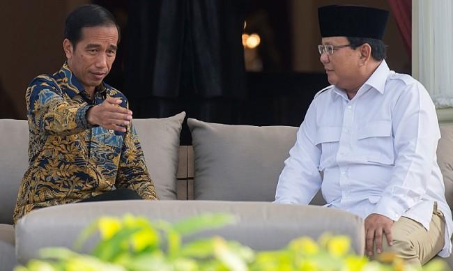 Ilustrasi--Presiden Joko Widodo berbincang dengan Ketua Umum DPP Partai Gerakan Indonesia Raya Prabowo Subianto (kanan) di teras belakang Istana Merdeka, Jakarta, Kamis (17/11/2016). Foto: Antara/Widodo S. Jusuf