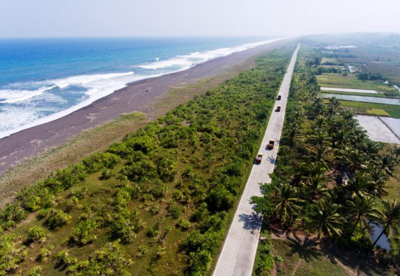 Foto udara jalur pantai selatan Jawa (Pansela) di Cikalong, Tasikmalaya, Jawa Barat (Antara/Hafidz Mubarak A)