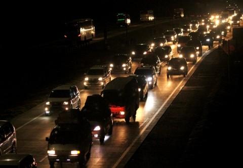 Kendaraan melintasi ruas jalan Tol Jakarta-Cikampek. Foto: