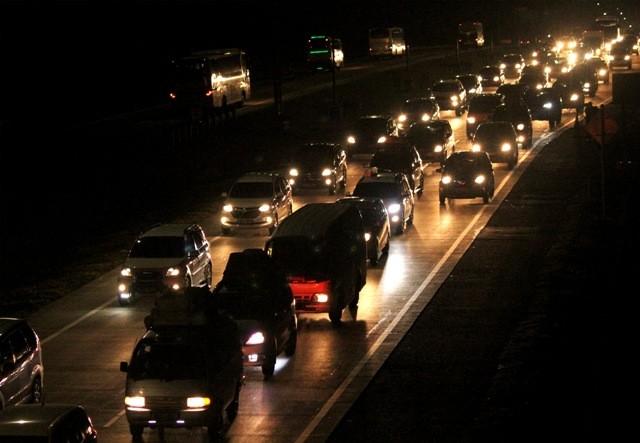 Kendaraan melintasi ruas jalan Tol Jakarta-Cikampek. Foto: Antara/Risky Andrianto.