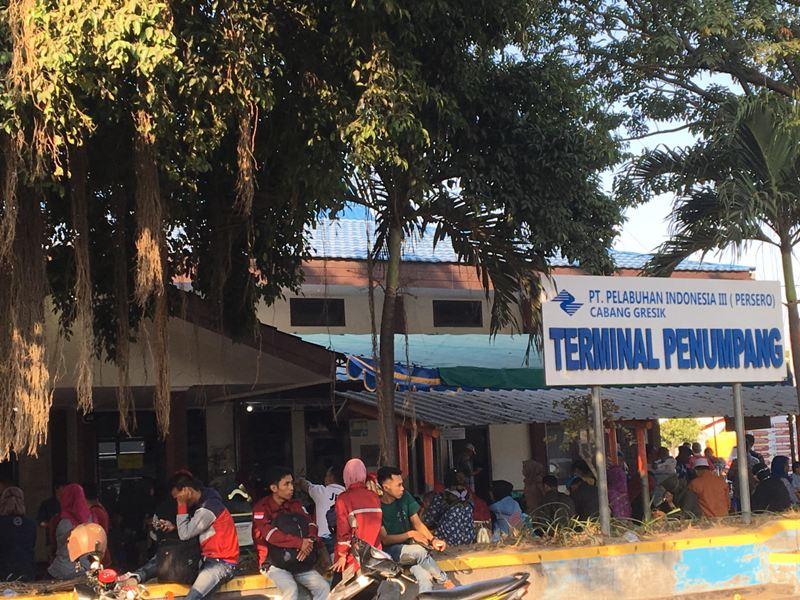 Penumpang Kapal Natuna Express di Pelabuhan Gresik. (Medcom.id/Amal).