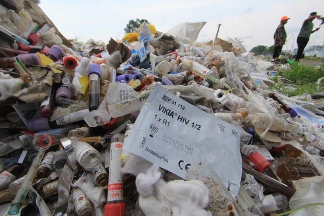 Limbah medis yang berasal dari beberapa rumah sakit dibuang begitu saja di tempat pembuangan sementara (TPS Panguragan Wetan, Cirebon, Jawa Barat. (Foto: ANTARA/Dedhez Anggara).