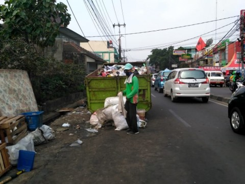 Petugas mengangkut sampah dari Amrol di pasar Ciputat,  Kamis 14