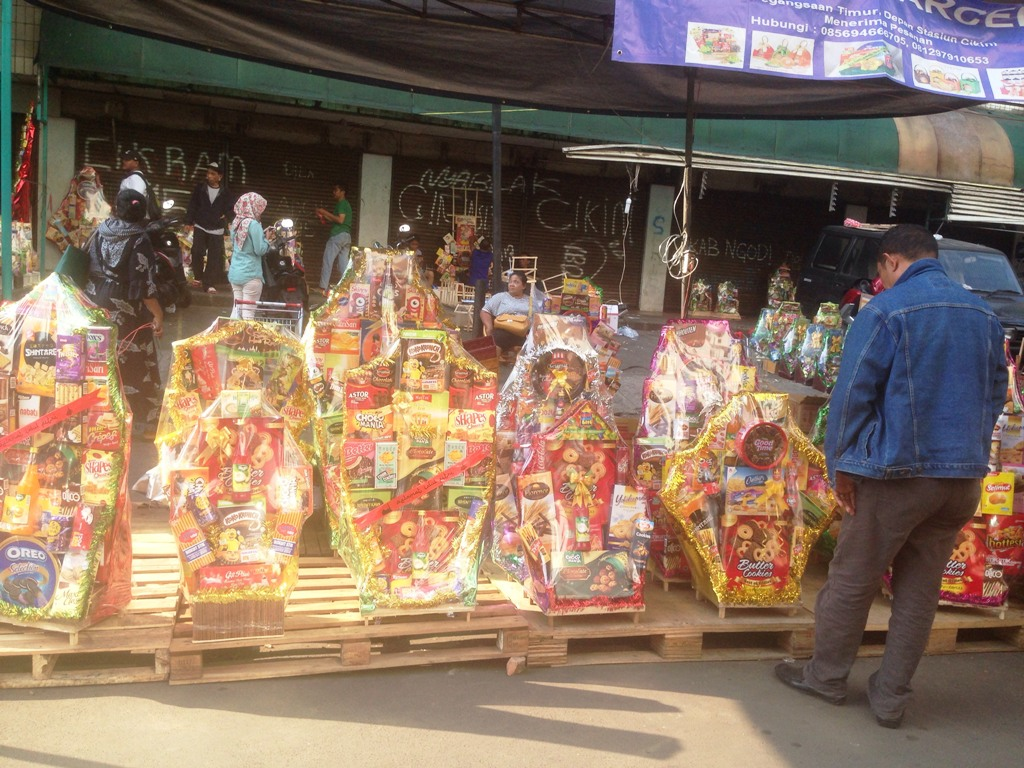 Pedagang parsel di Cikini mengalami penurunan omzet. (FOTO: Medcom.id/Desi Angriani)