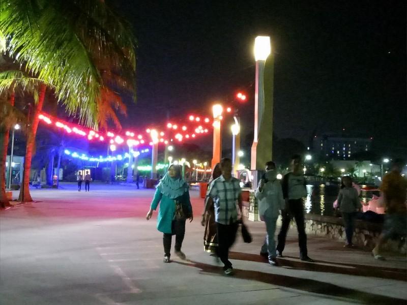 Masyarakat menikmati hari libur di Ancol - Medcom.id/Siti Yona Hukmana.