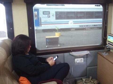 Suasana di dalam kereta api wisata priority. Medcom.id/Daviq