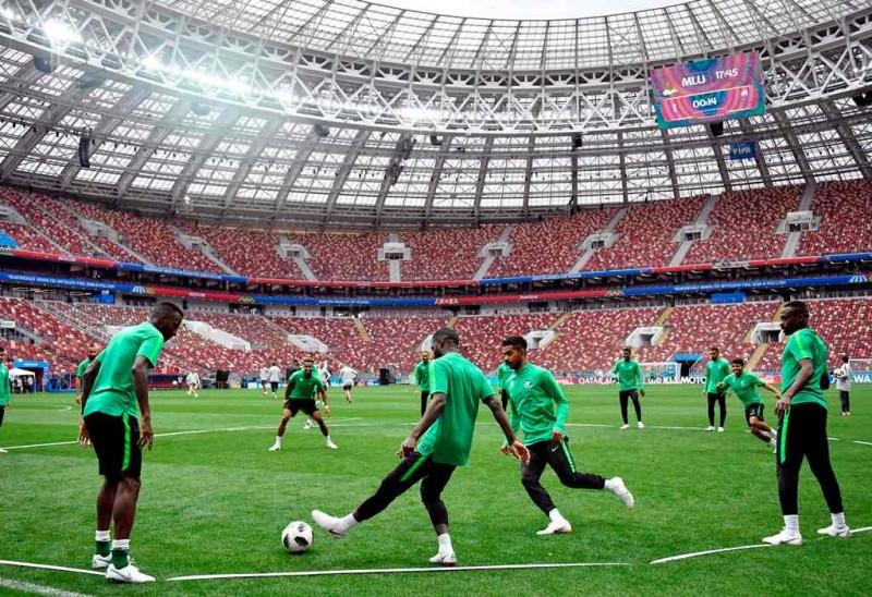 Skuat Arab Saudi berlatih di Luzhniki Stadium. (Foto: AFP/Alexander Nemenov)