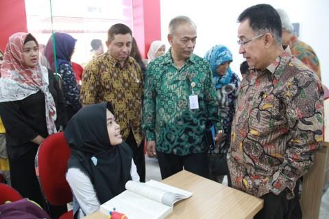 Rektor UI, Muhammad Anis saat meninjau pelaksanaan SBMPTN 2018.
