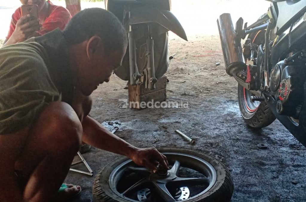 Montir sedang memperbaiki Sepeda Motor. Medcom.id/Nurul Hidayat