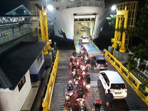 Kendaraan roda dua dan empat saat hendak memasuki kapal di