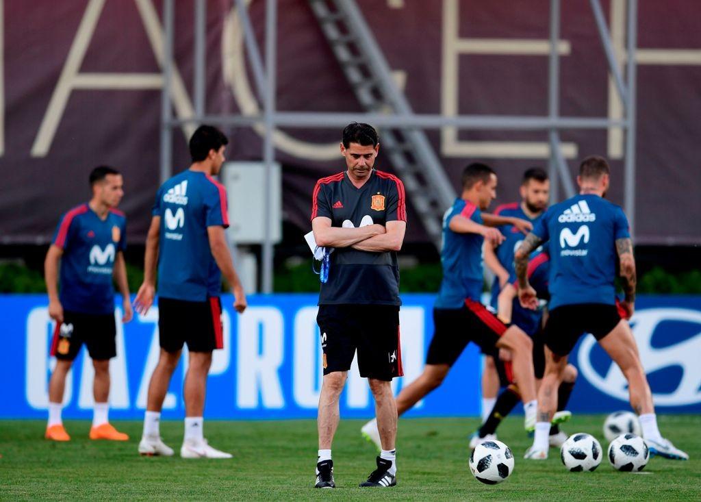 Fernando Hierro (tengah) saat memimpin latihan Spanyol. (Foto: AFP/PIERRE-PHILIPPE MARCOU)