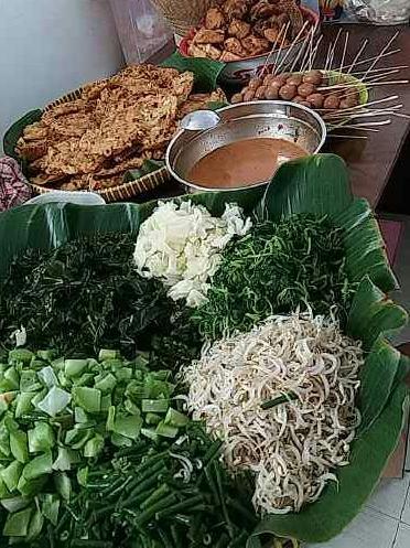 Nasi pecel, kuliner khas daerah Jawa Timur yang banyak di