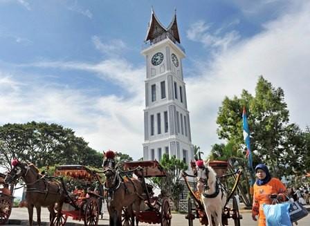 Suasana obyek wisata Jam Gadang yang menjadi ikon Sumatera