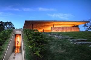 Lapangan hijau di atap rumah
