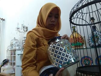Perajin stoples lukis di Lita Glass Painting, Kota Malang, Jawa