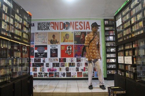 Sejumlah siswa SMK melihat koleksi Museum Musik Indonesia,