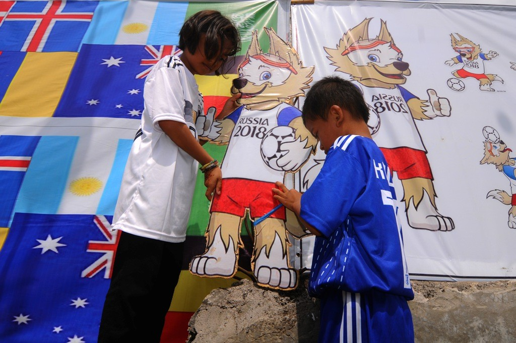 Sejumlah anak memasang maskot Piala Dunia 2018 di Gilingan Lor, Urutsewu, Ampel, Boyolali, Jawa Tengah. (FOTO: ANTARA/Aloysius)