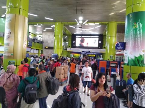 Suasana Stasiun Gambir pada H-1 Lebaran 2018 -