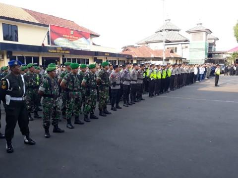 Ratusan personil kepolisian dan Anggota TNI dalam apel di