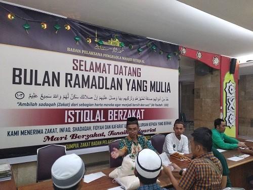 Pembagian zakat fitrah di Masjid Istiqlal. Medcom.id/ Muhammad